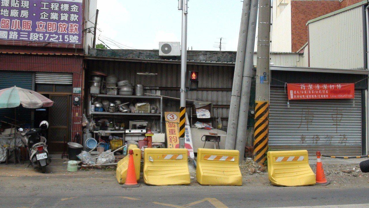 何姓村民住家的廚房因道路拓寬拆除,但停工後無法復原,周遭店家也抱怨做不了生意。 ...