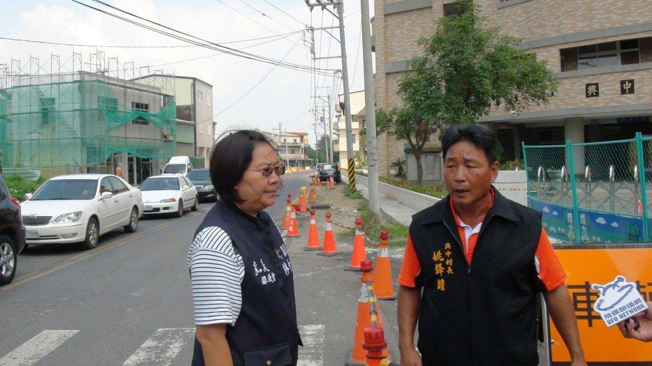 縣議員林于玲(左)和興中村長姚鋒鍾到現場勘查。記者謝恩得/攝影