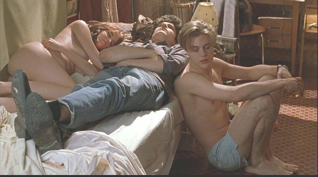 「戲夢巴黎」描述一對法國兄妹和美國留學生間的情慾糾葛。圖/摘自imdb