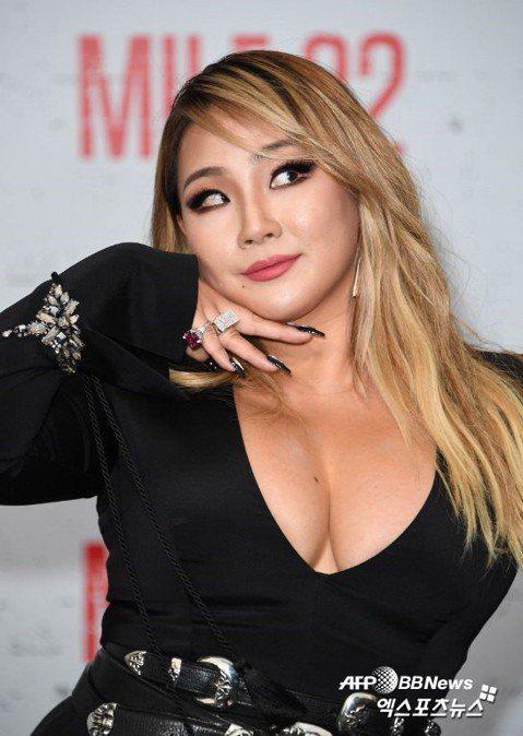前2NE1隊長CL目前認真發展個人演藝事業,她因為搬家到美國,以便錄製新專輯,在過渡時期疏忽健身,身材發福走樣。不過她對自己依舊充滿自信,今天在美國出席電影「Mile 22」的宣傳活動,更大方以低胸...