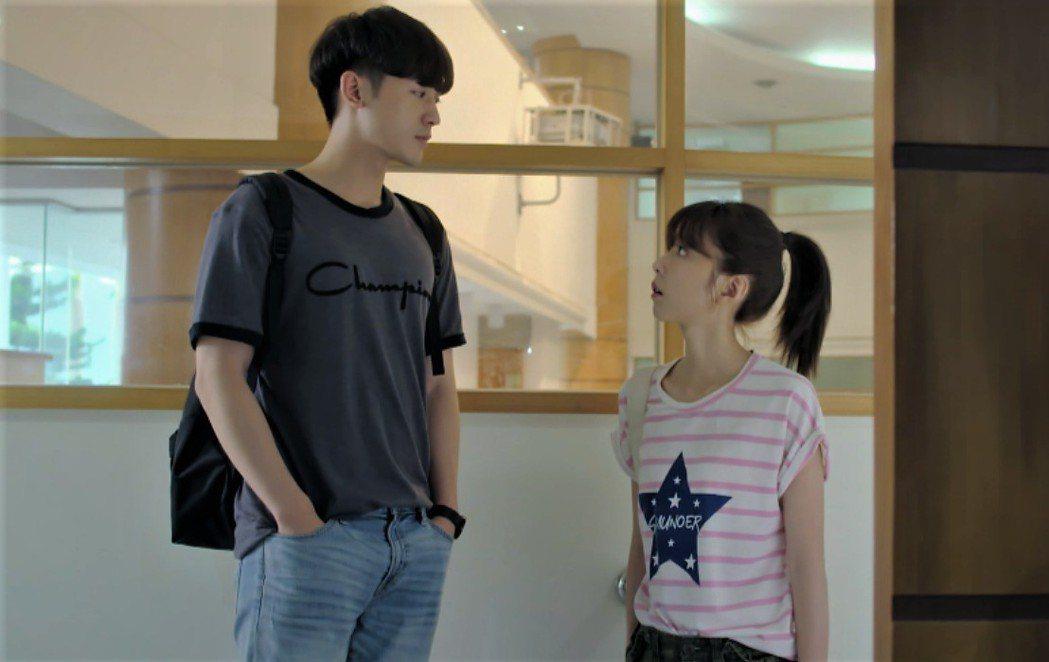 邵雨薇(右)、吳思賢演出「愛的3.14159」。圖/東森提供