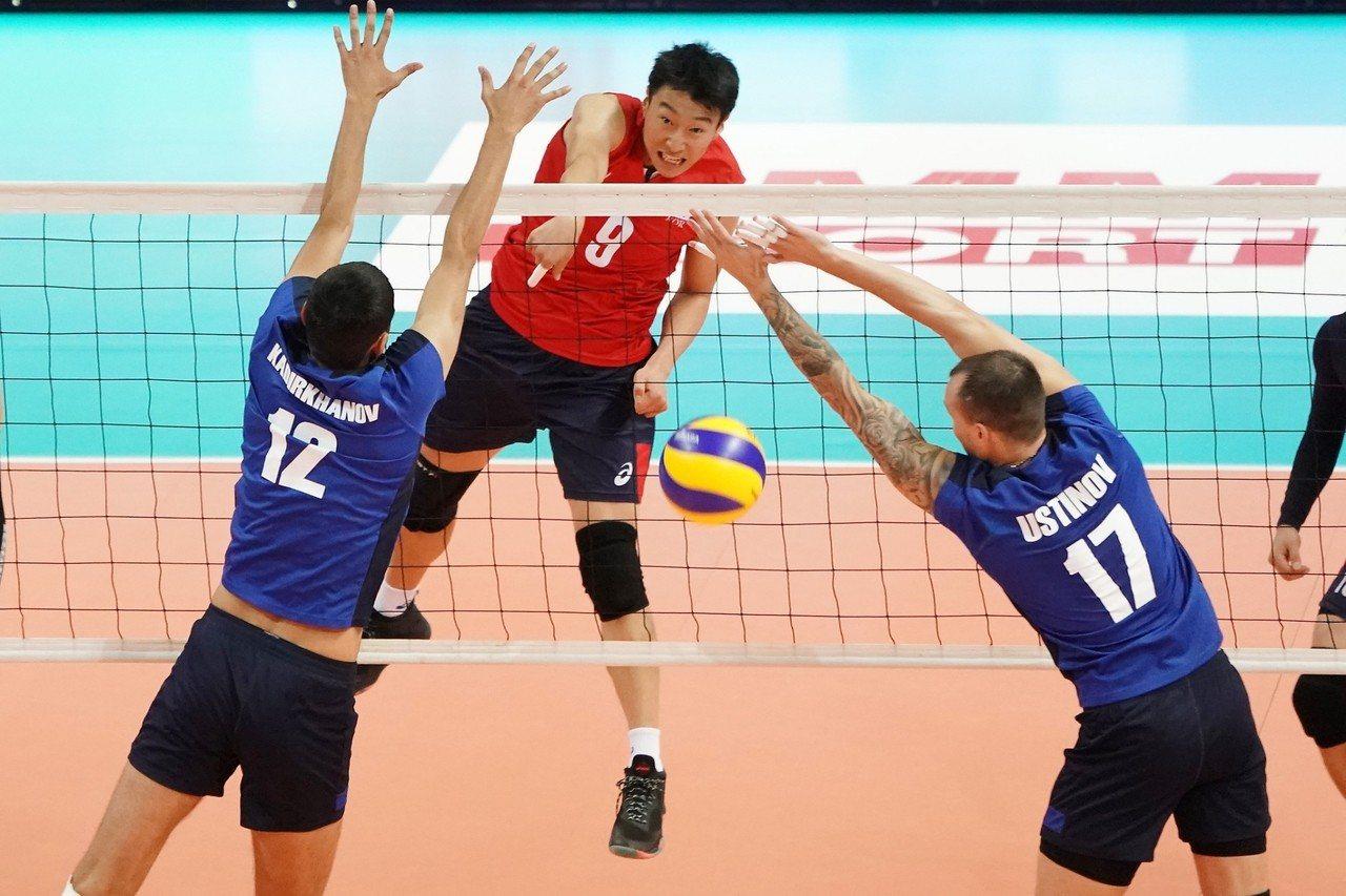 身高僅184的鄭城圭(中)此役攻下全隊最高的13分。圖/中華排球協會提供