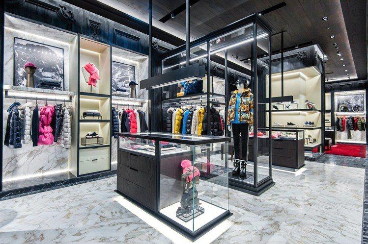 MONCLER台北新光三越A4 店承襲米蘭本店的風格,使用義大利進口白色、黑灰色...
