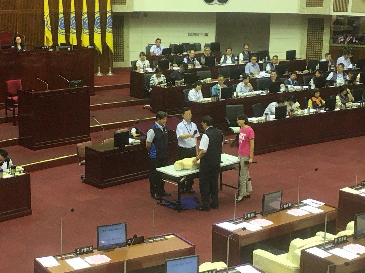 台北市議員王鴻薇(右1)今下午質詢華山大草原分屍案後續檢討,同時還要求官員操作急...