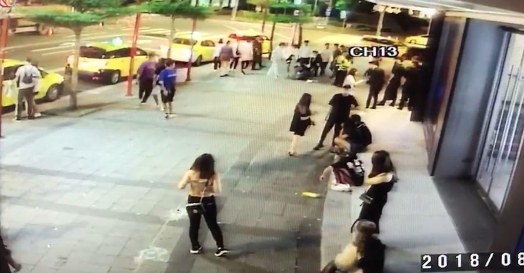 王姓男子前往台北市信義商圈夜店消費,酒後在店外對6名大陸籍大學生嗆聲,雙方爆發肢...