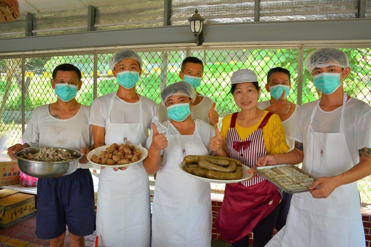台南更生輔導團長李秀英(前排右二)指導受刑人學習傳統小吃技能,還整合社會資源開辦...