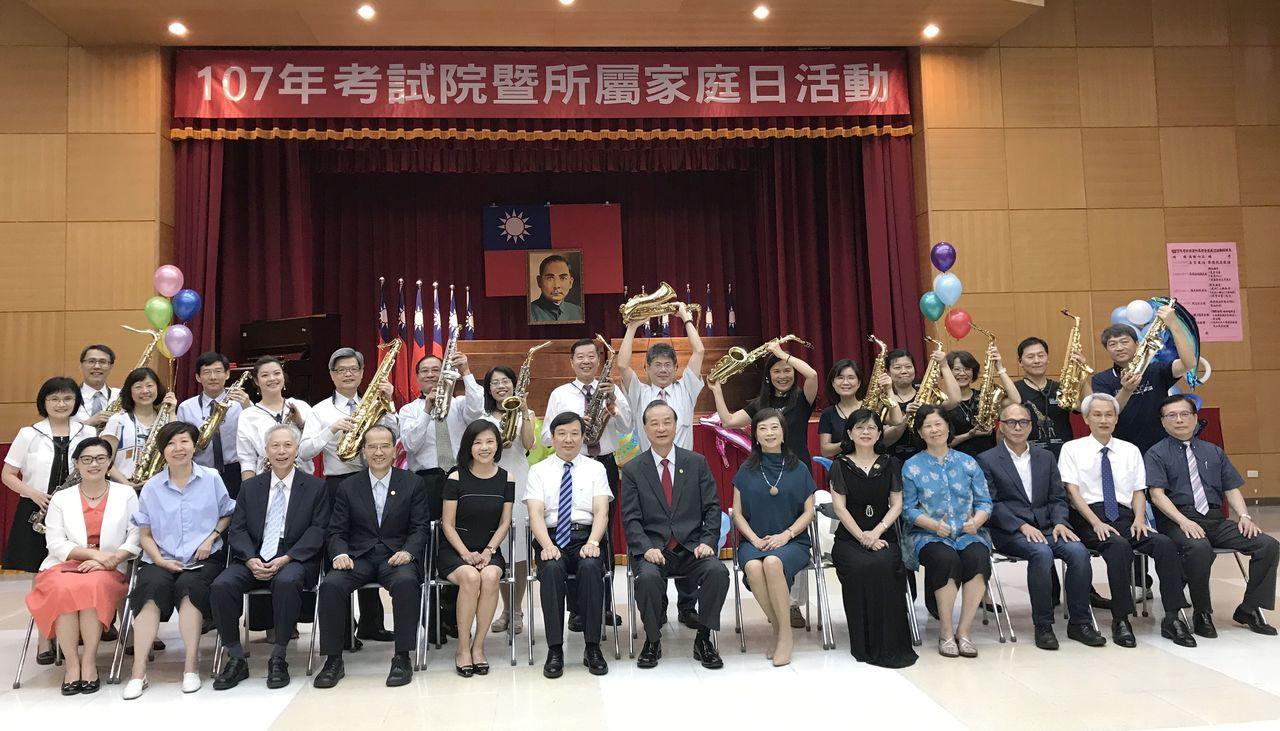 考試院今天舉辦家庭日活動,民進黨立委葉宜津(前排左5)也參加活動。圖/考試院提供