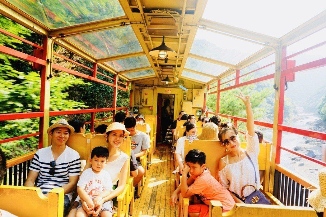 張家慧和老公帶著兒子搭嵐山小火車。圖/周子娛樂提供