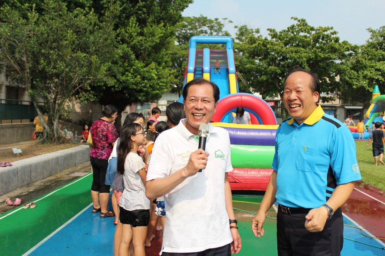 副縣長吳芳銘(右二)、三和國小校長蔡明昇(右一)感謝何爺爺夫婦對偏鄉小朋友的善行...