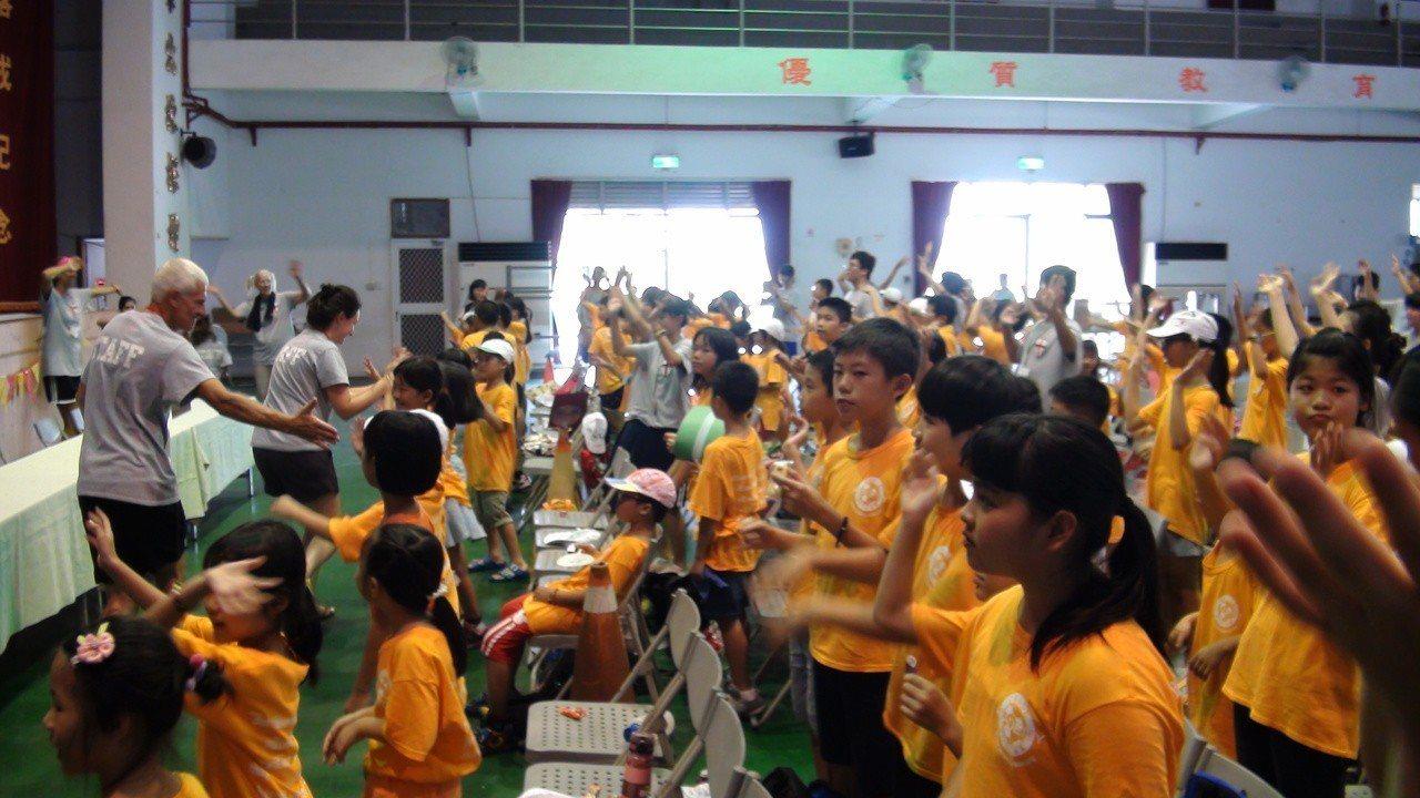 運動雙語夏令營有許多美國朋友來教小學生美語。記者謝恩得/攝影