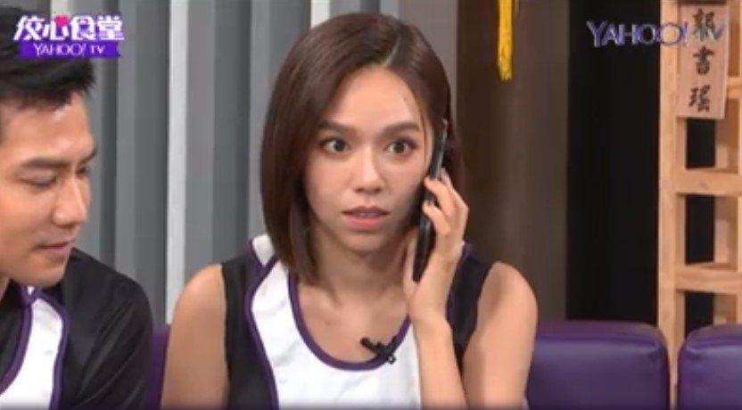 夏于喬聽到電話傳來英文語音時當場傻眼。圖/摘自YahooTV