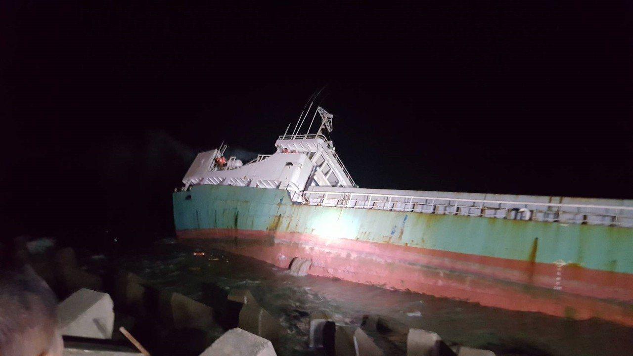 嘉義縣布袋商港今天下午4點多,驚傳一艘要進港的嘉明二號貨輪撞擊消波塊破洞擱淺,7...