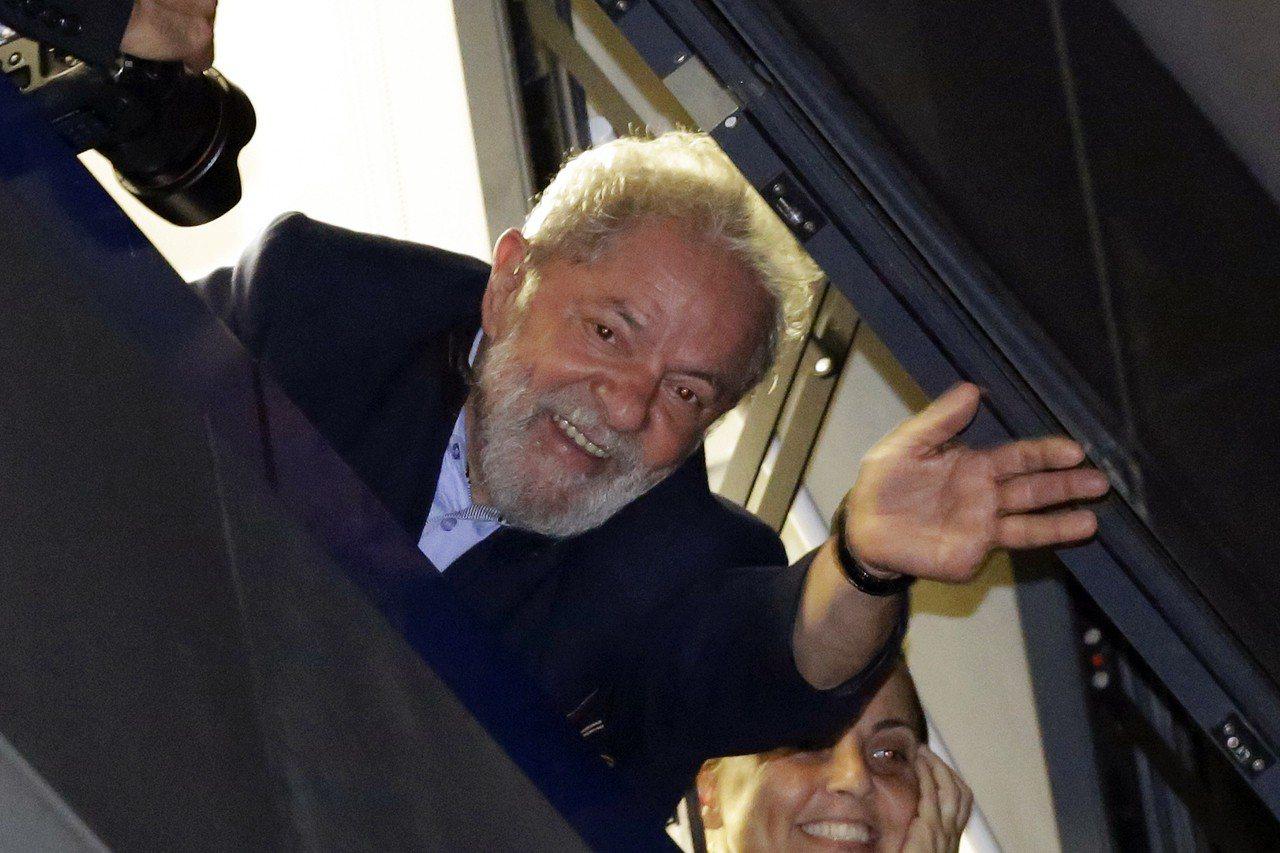 今年4月5日魯拉還未入獄,從聖保羅一棟大樓的窗戶探出頭來,向支持者揮手致意。美聯...