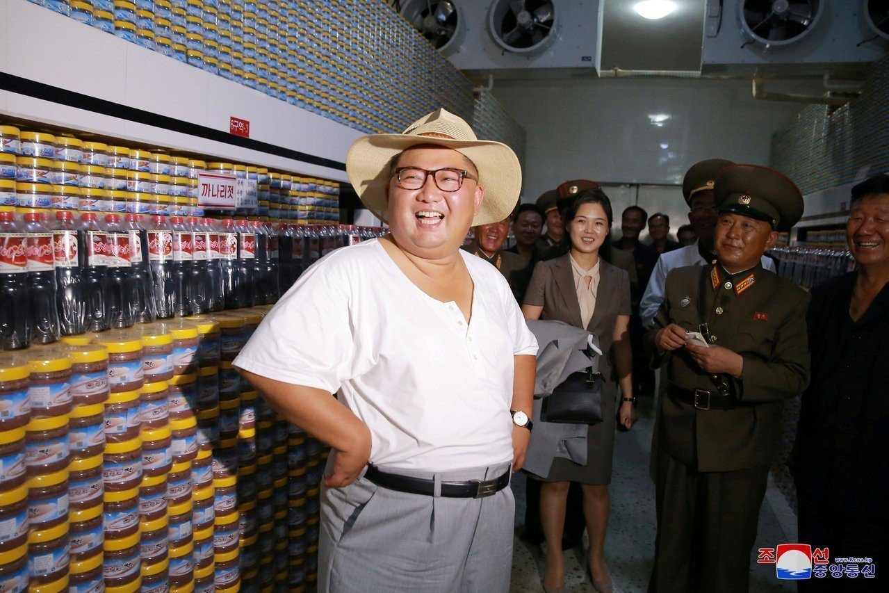 北韓官媒朝中社8日發布領導人金正恩視察工廠照片,他罕見穿著汗衫、戴草帽。 路透