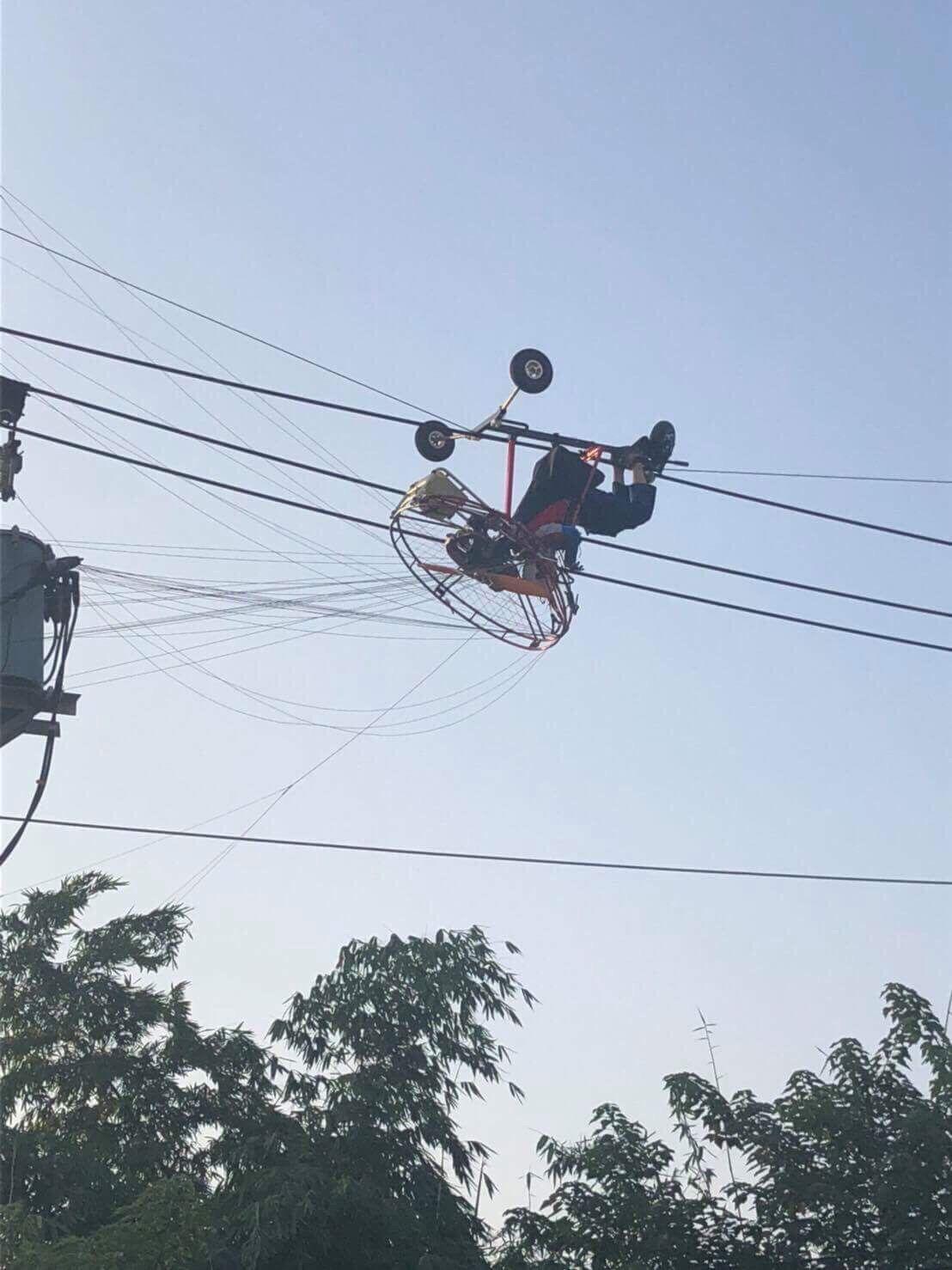 消防局獲報發現,張姓男子連人帶飛行傘,卡在慶光路輸電電纜線上。圖/台中市消防局提...