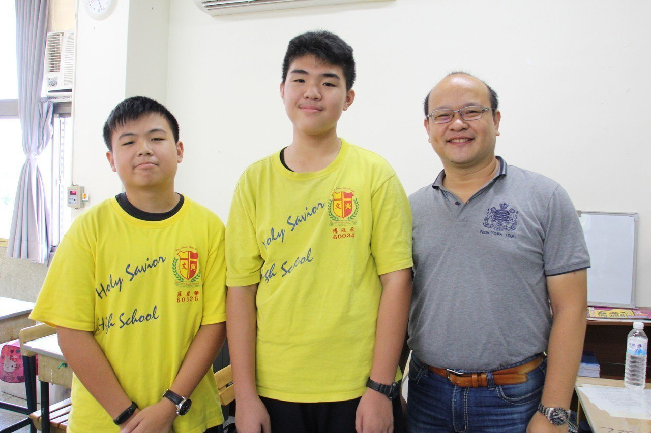 國二真班學生莊鎧肇(左)、傅廷承(中),對於導師(右)支持學生寫作學習相當感謝。...