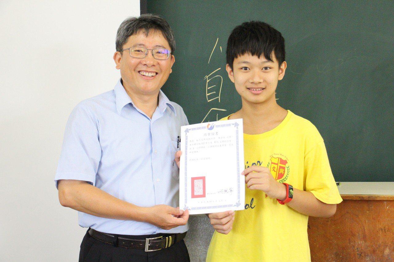 文興中學教務主任許俊敏(左)推動學生的語文教育不遺餘力,在暑期聯合報寫作營隊結束...