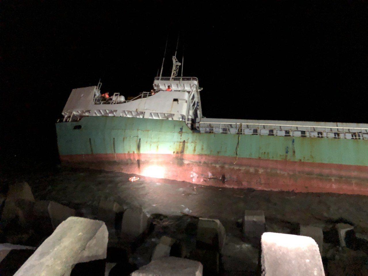 嘉義縣布袋商港今天下午驚傳進港的嘉明二號貨輪撞擊消波塊破洞擱淺,7名船員受困近5...