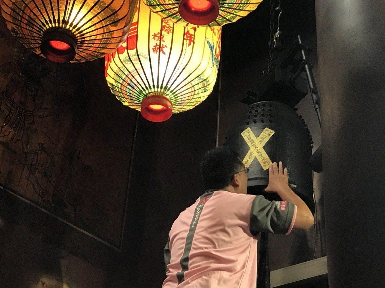 農曆7月將近,雲林縣西螺鎮福興宮依循傳統,暫封鐘鼓,並將電源關閉,讓好兄弟安心間...