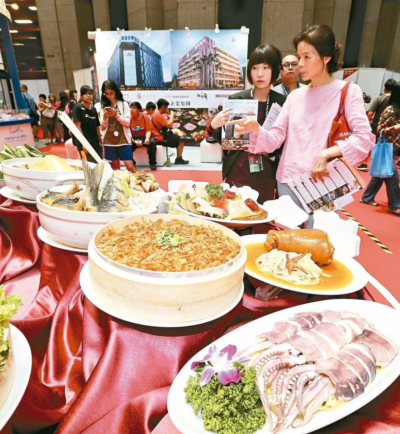 台灣美食展開幕,不少民眾前往參觀撿便宜。 記者許正宏/攝影