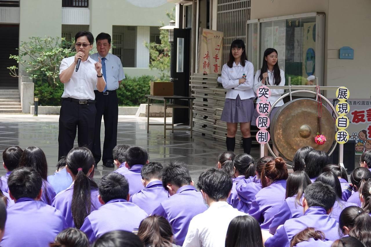 教育部推動國中每班員額2.2人後,台中市107年普通班原本超額教師26人,提升員...
