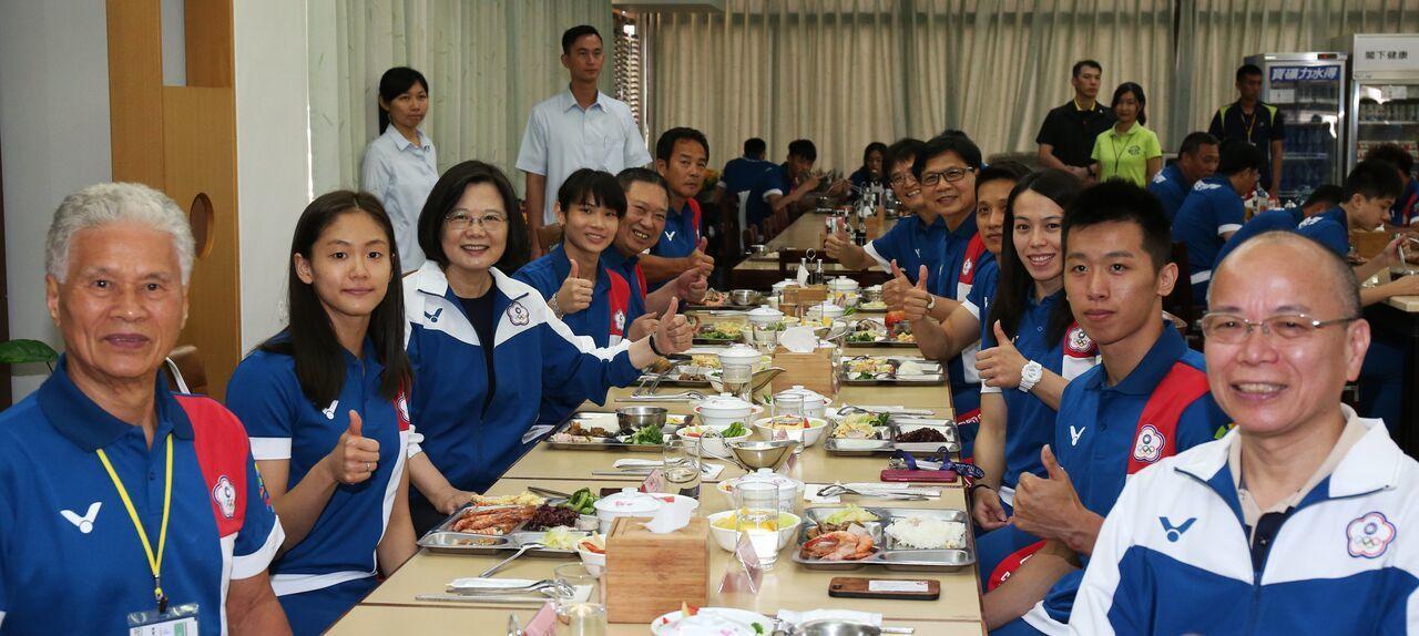 蔡英文總統(左三)和選手共進午餐。 圖/體育署提供