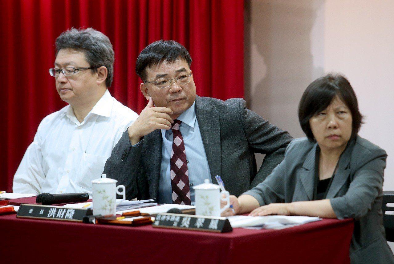 公平會委員洪財隆(中)、公平會製造業競爭處處長張恩生(左)、公平會法律事務處處長...