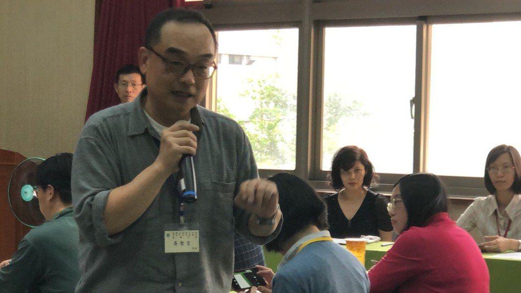 導演易智言在模擬法庭會後,向司法官鼓勵「也能自己寫法律劇!」 記者李承穎/攝影