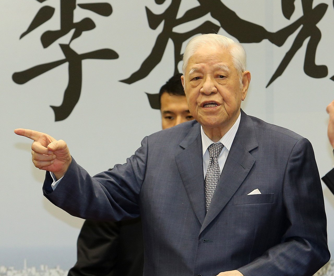 台北市長柯文哲前天拜會前總統李登輝,李順勢提到,「啊他們(指執政黨)就沒有人,不...