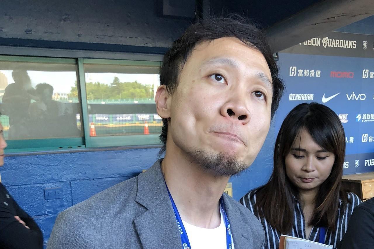 中職Lamigo桃猿隊針對聯盟拒絕捍力克發聲明稿,圖為副領隊浦韋青(前)。 中央...