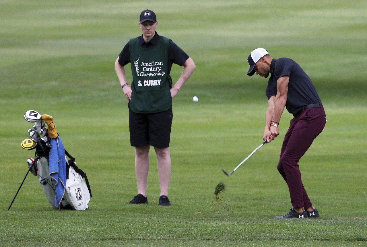 柯瑞再次挑戰PGA巡迴賽,結果第二輪爆桿慘遭淘汰。 美聯社