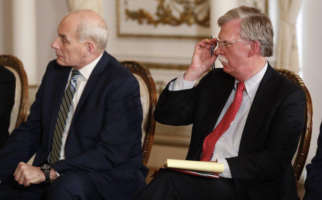 白宮幕僚長凱利(左)4月與國安顧問波頓(右)出席川普與日本首相安倍晉三在佛羅里達...