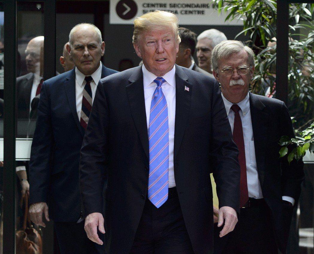 美國總統川普(中)6月出席G7加拿大峰會,幕僚長凱利(左)與國安顧問波頓(右)隨...