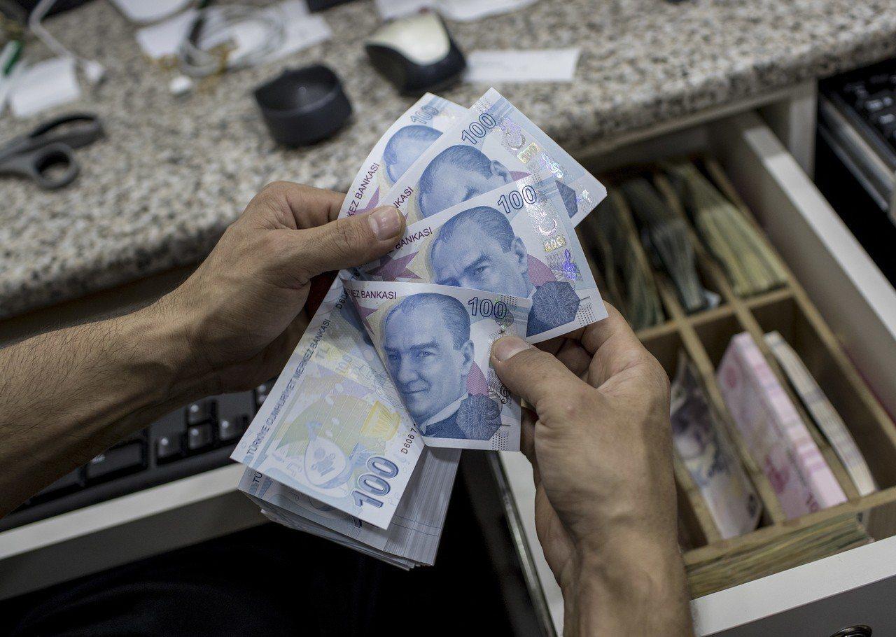 美國總統川普10日下令對土耳其銷美鋼鋁關稅提高一倍,使土耳其里拉幣值應聲暴跌,撼...