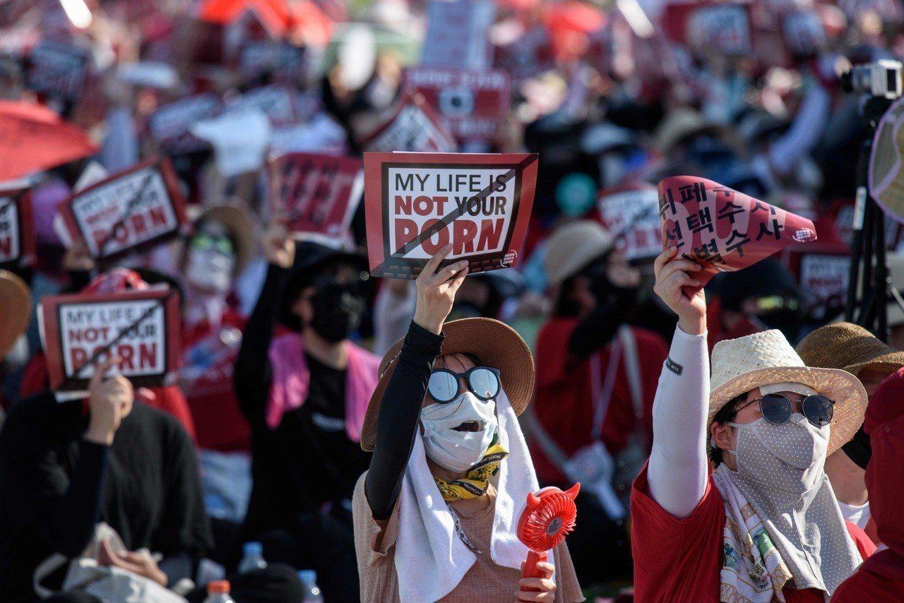 南韓教授、醫生、法官也偷拍,去年6500宗。 法新社