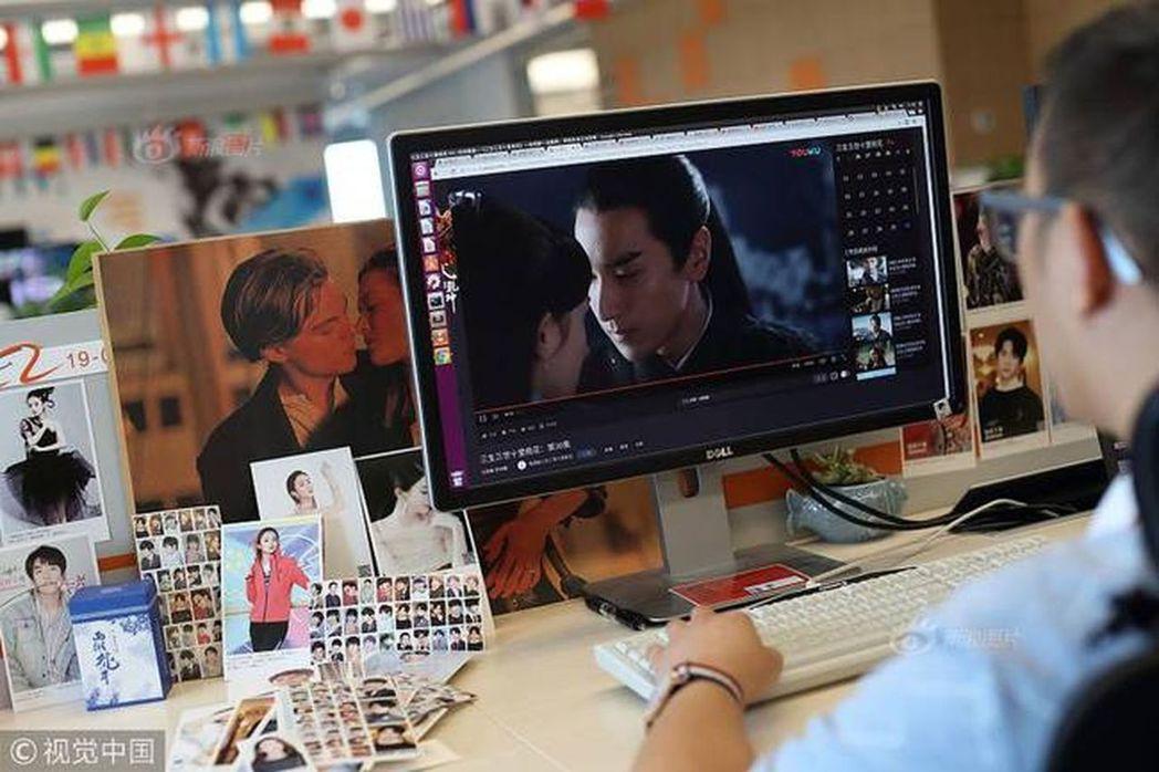 吉恆杉的工作內容就是將屏幕上成百上千幅內容各異的畫面標註成兩類——「接吻」和「非...
