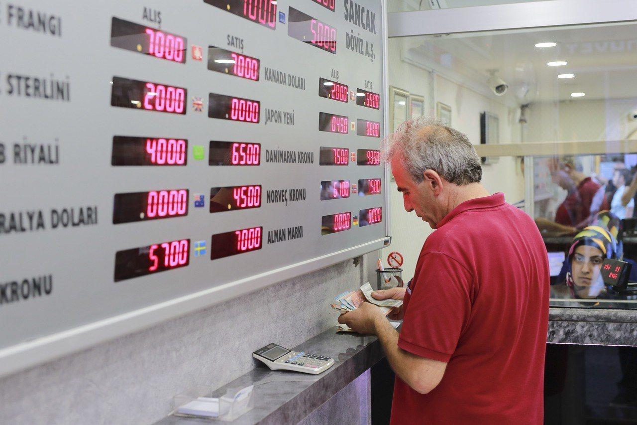 紐時分析:外資質疑總統拼經濟手段不當,怕重演2010年希臘債務危機。 美聯社