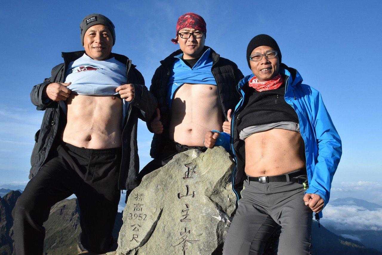 登山經驗豐富的醫師洪淑娟日前率領多名肝病病友成功挑戰玉山攻頂,團員中有3人為「換...