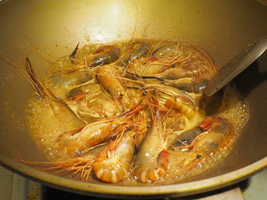 悶煮&翻炒是料理胡椒蝦的小撇步。 段泰國蝦/提供
