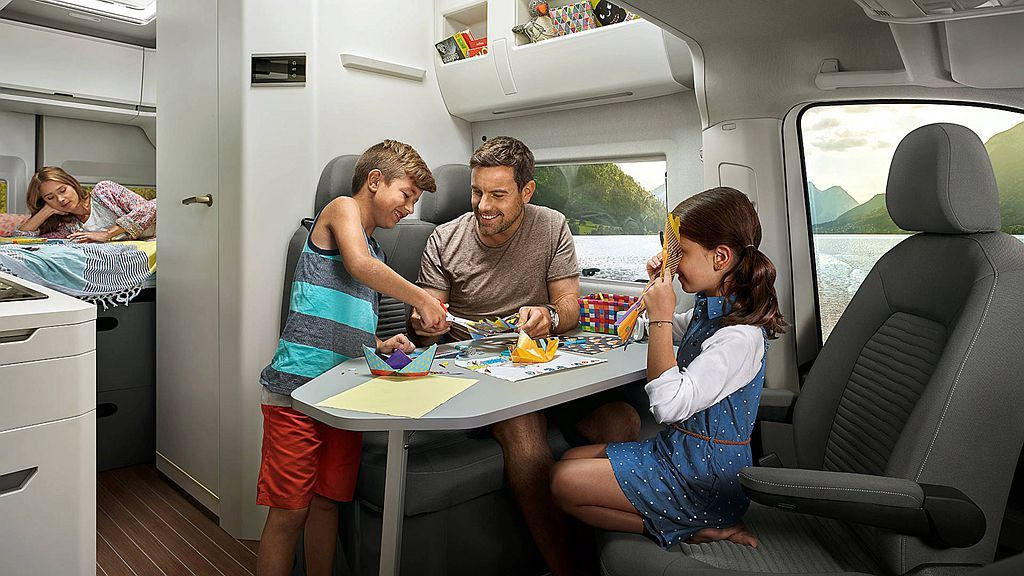 Grand California前座椅旋轉後再加上折疊式桌子,在車內就能滿足四人的用餐空間需求。 圖/福斯商旅提供
