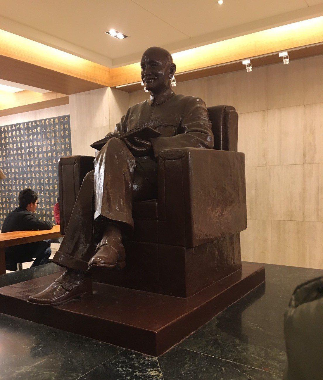 政大蔣中正銅像搬至華興育幼院。圖/政治大學提供