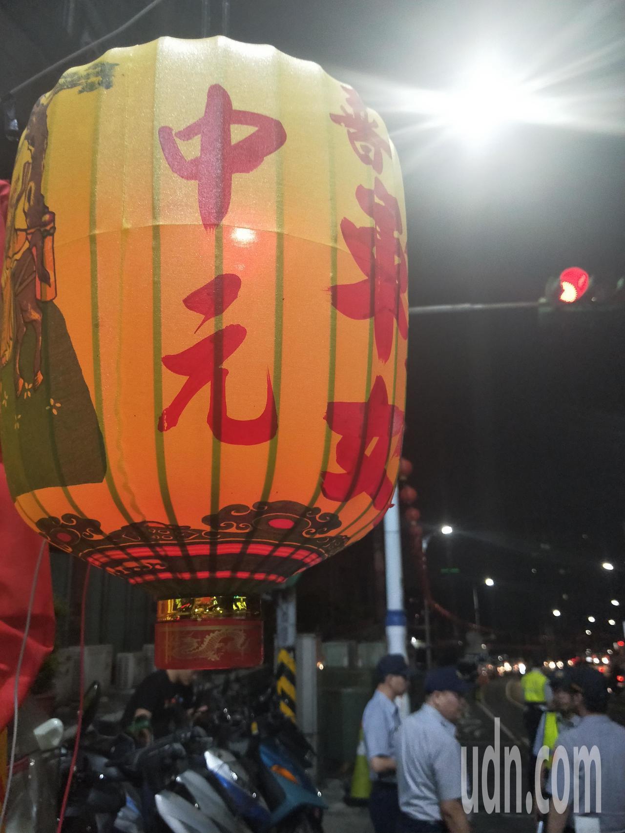 基隆開基老大公廟今天零時準時「開燈」,4000多盞普度公燈一起點亮,象徵替「好兄...