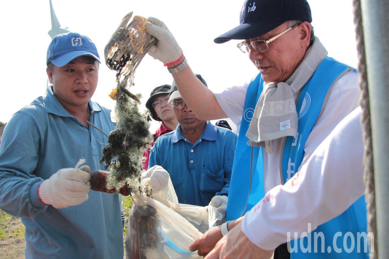 中油董事長戴謙(右)參與淨灘活動。記者許政榆/攝影