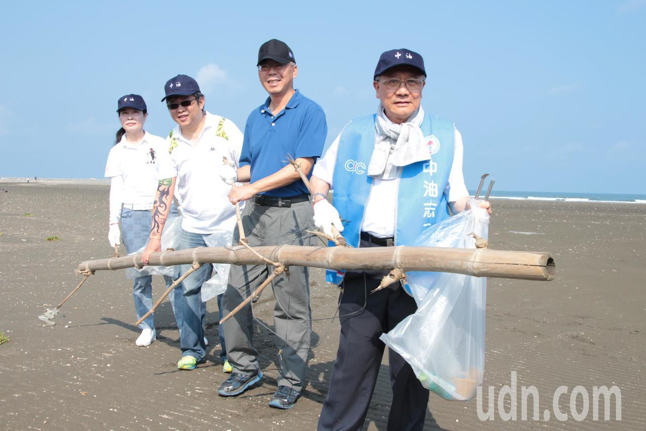 中油董事長戴謙(右一)參與淨灘活動。記者許政榆/攝影