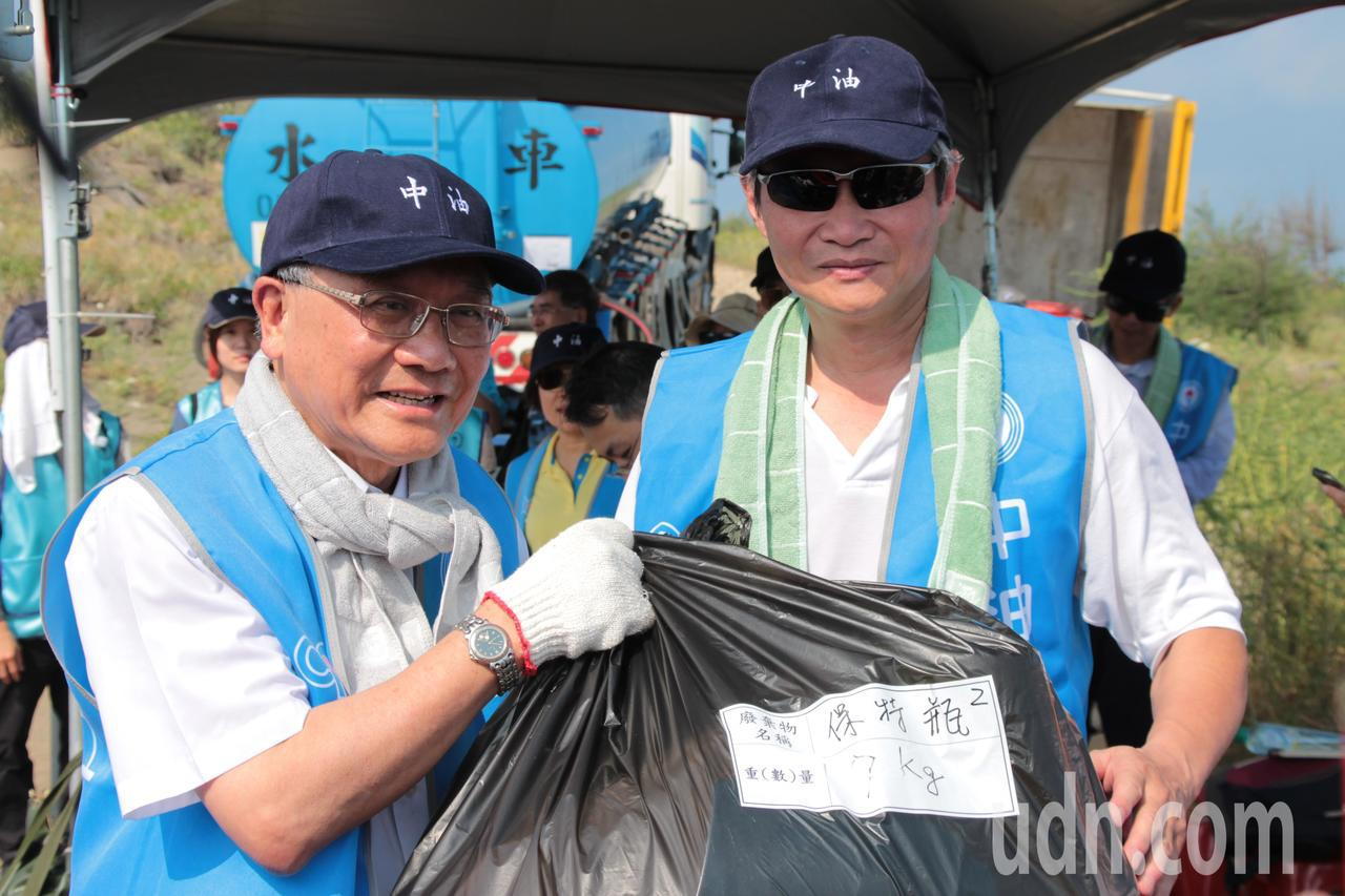 中油董事長戴謙(左)參與淨灘活動。記者許政榆/攝影