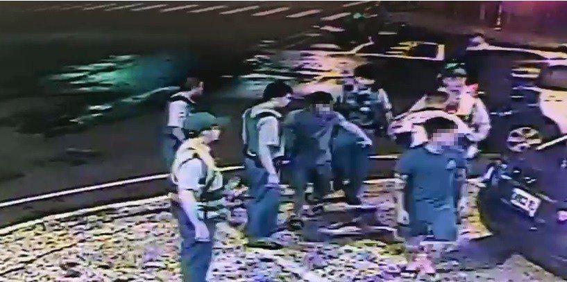 警方將相關人全數帶回派出所。記者劉星君/翻攝