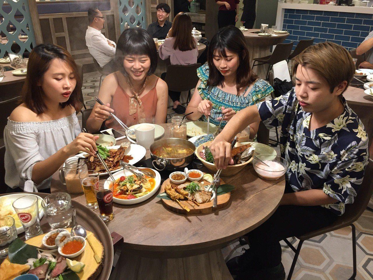 「意思泰」泰式料理最近進駐台中廣三SOGO百貨,是一家結合泰國菜、精釀啤酒、以及...