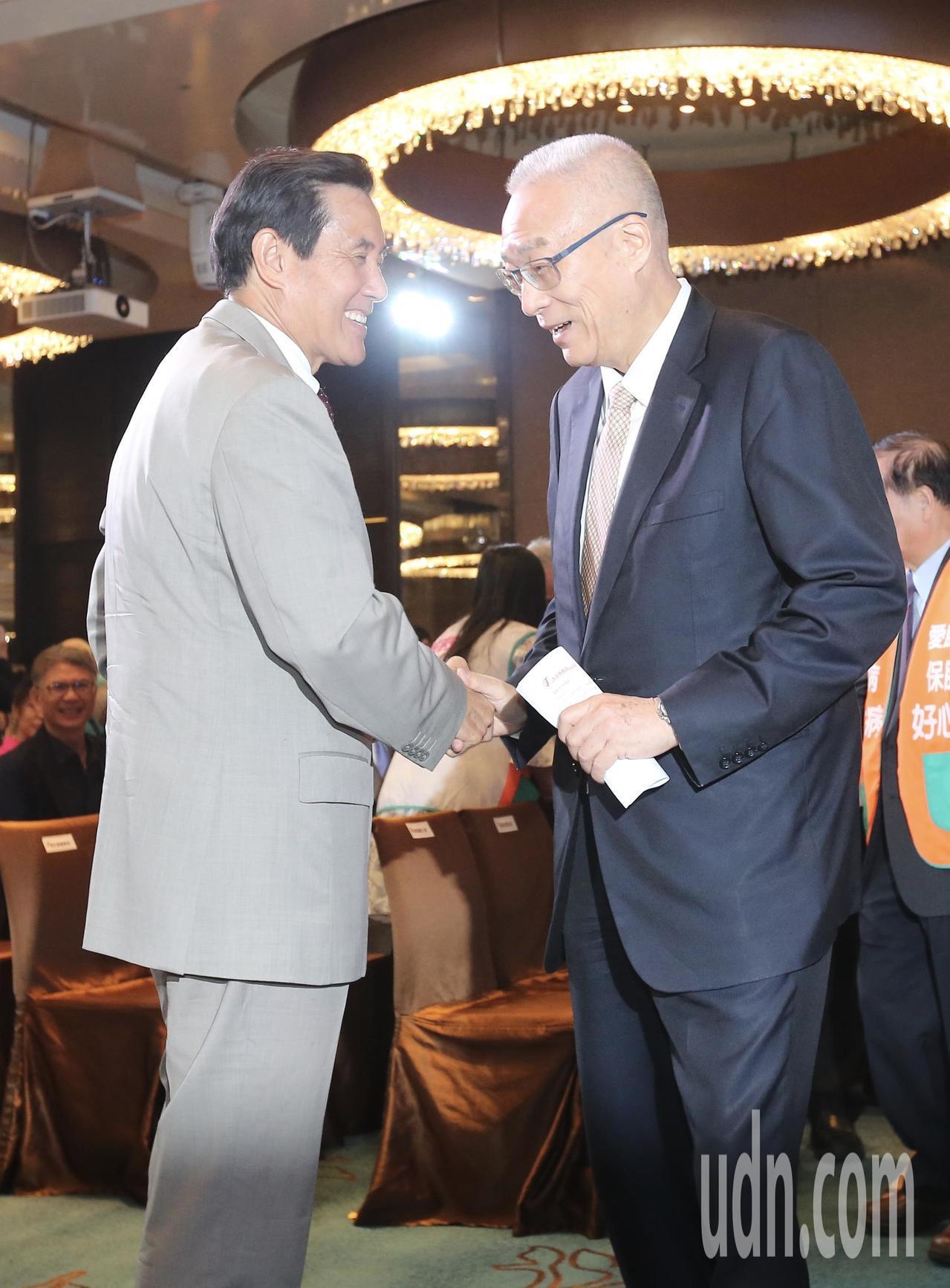 國民黨前主席馬英九(左)與現任主席吳敦義(右)一同參加活動,兩人見面後相互握手致...
