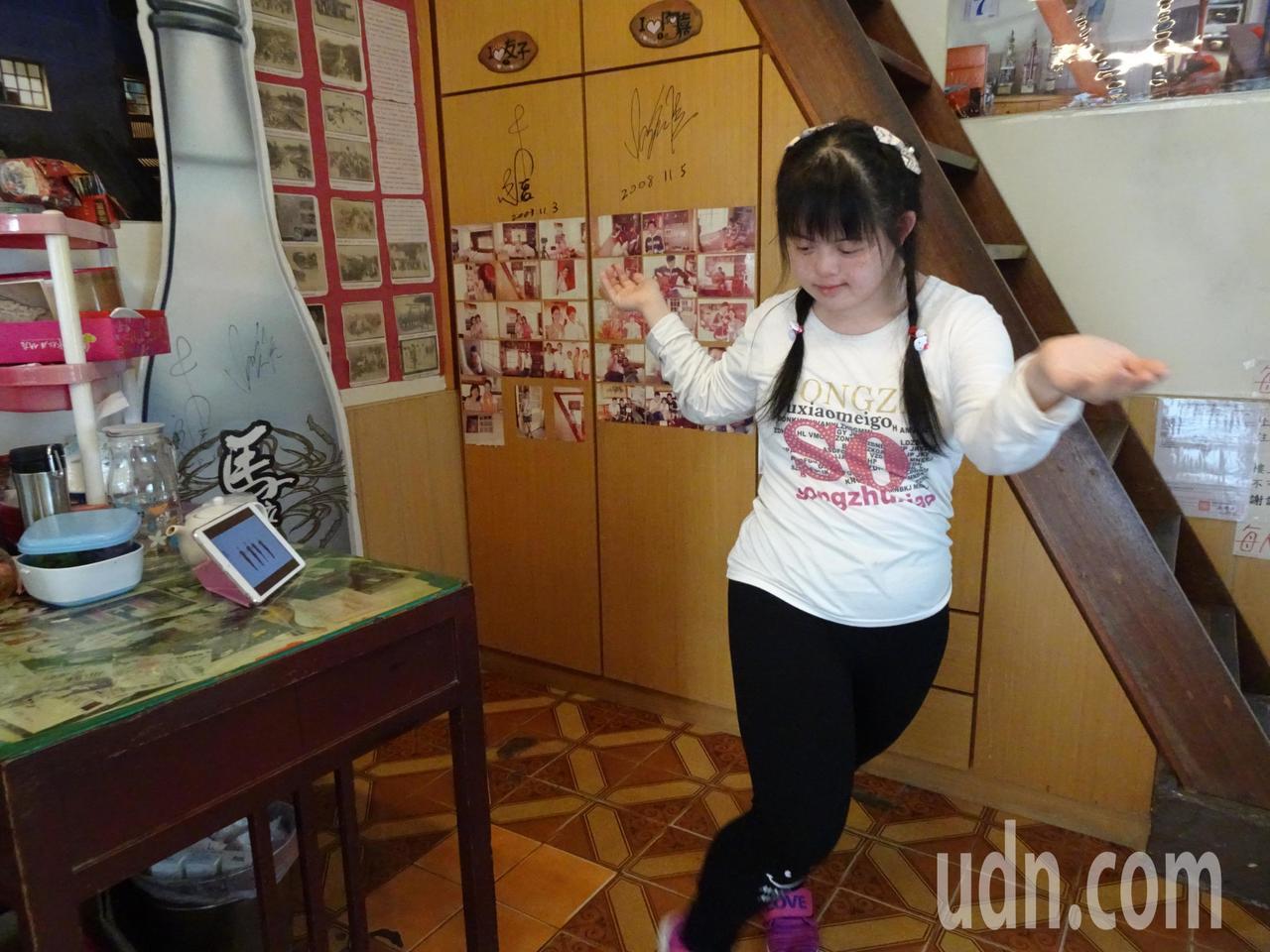 屏東恆春「阿嘉的家」屋主張永源的「唐寶寶」女兒張綾,每天下午自己滑平板電腦學熱舞...