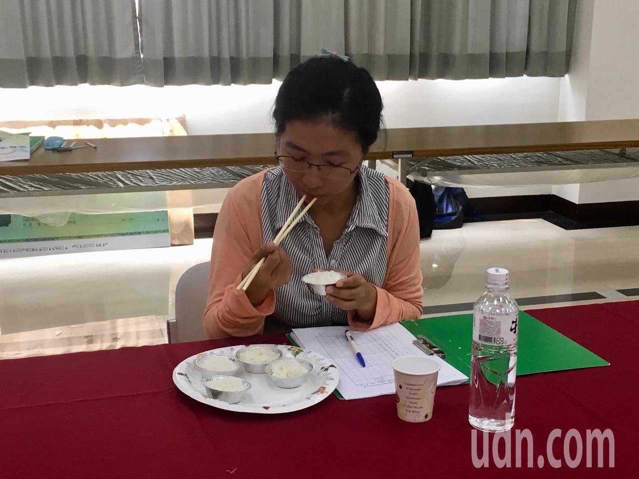 竹東鎮昨天舉行第三階段決賽,評比項目是官能品評,包含外觀、香味、口味、黏性、硬性...